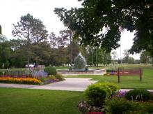 This image shows the fountain and flowers at Lindenwood Park.
